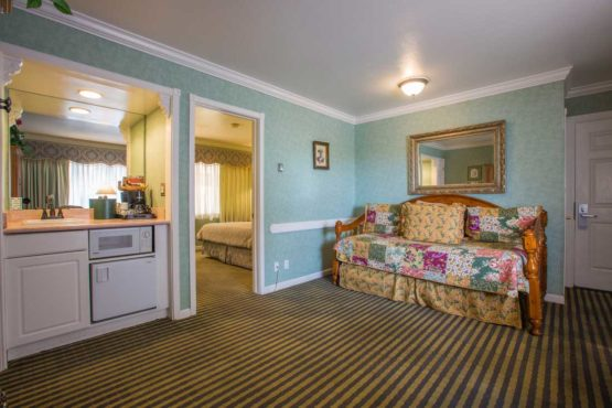 king-suite-with-daybed-room