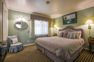 king suite with daybed room